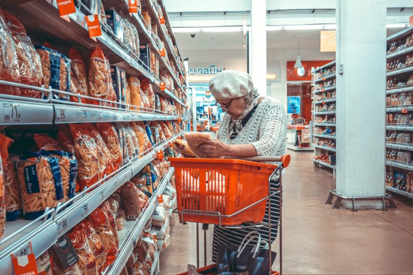 Senioren im Supermarkt