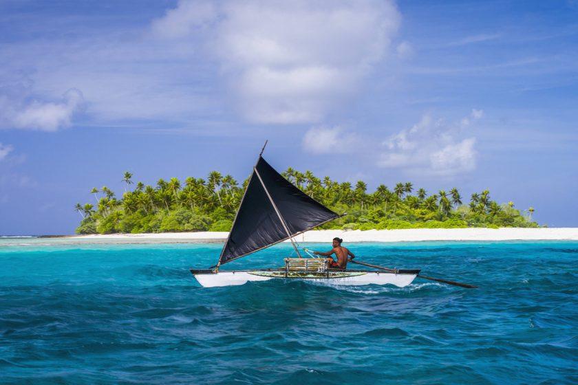 Ein Segler vor einem Atoll des Inselstaats Kiribati