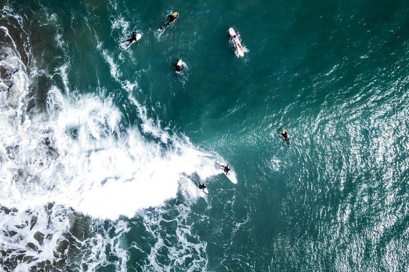 Surfer an der Pazifikküste Perus