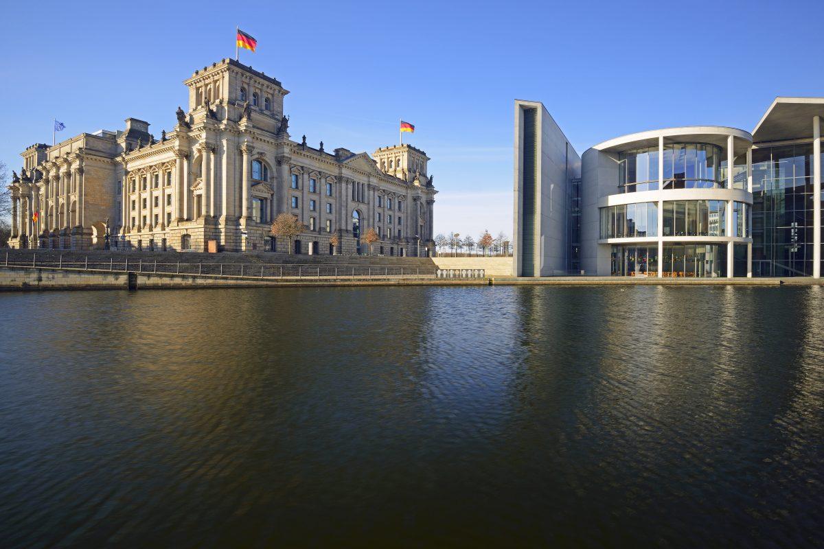 Reichstag und Paul-Löbe-Haus an der Spree
