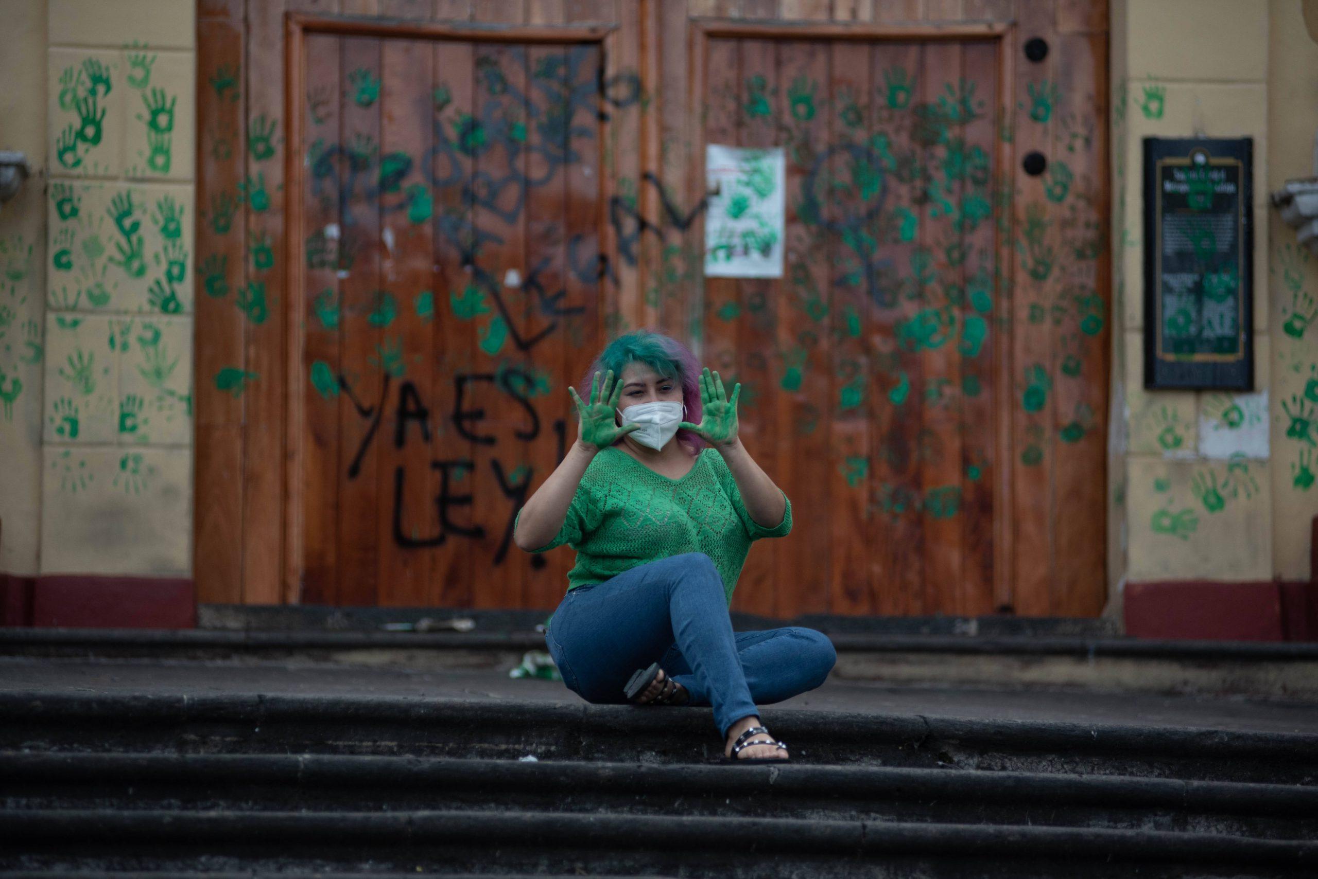 Eine Frau in Mexiko freut sich über das Gerichtsurteil