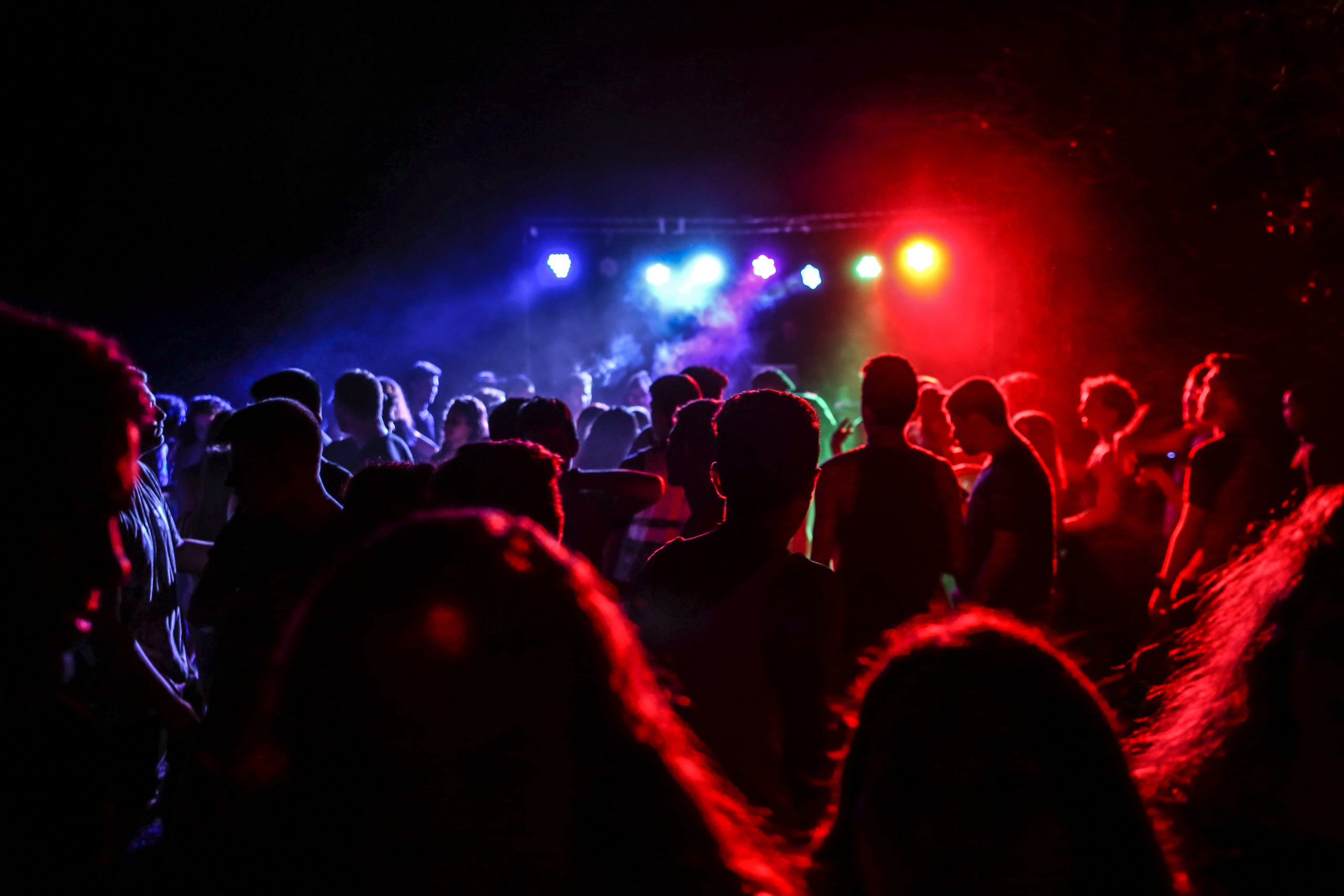 Leute Tanzen in einem Club