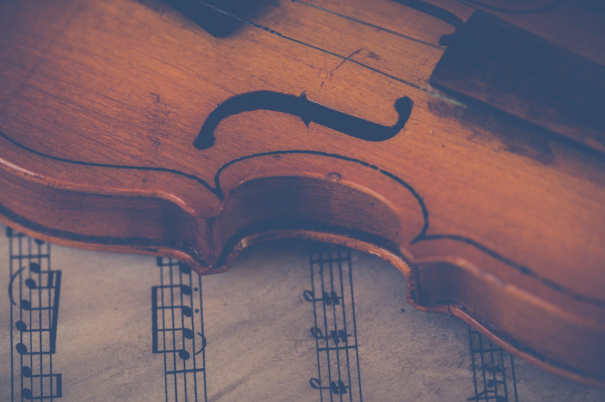 Eine Geige liegt auf einem Notenblatt.