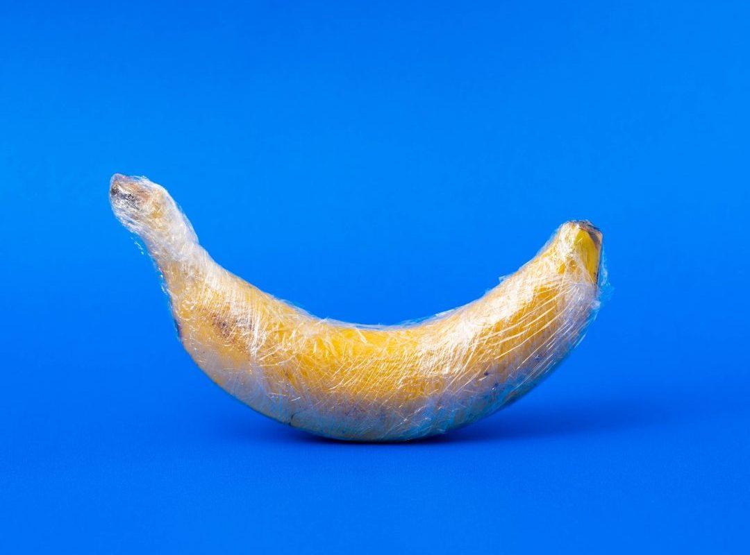 Eine in Plastik verpackte Banane.