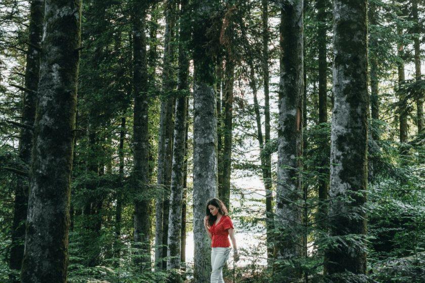 Eine Frau spaziert durch den Wald.