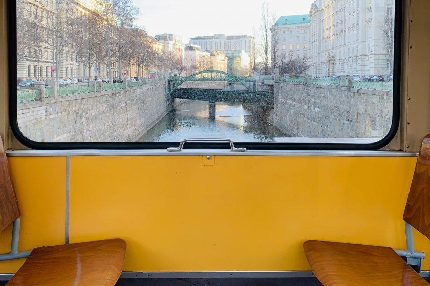 Blick auf eine Brücke in Wien aus der Straßenbahn